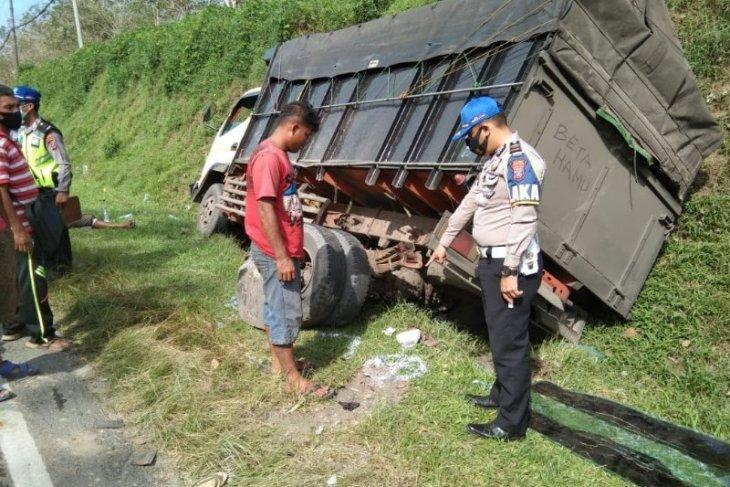 Dua unit truk tabrakan, sopir dan  penumpang selamat