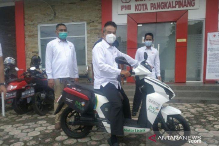 Pertama di Indonesia, Petugas PMI Pangkalpinang ambil kantong darah gunakan motor listrik