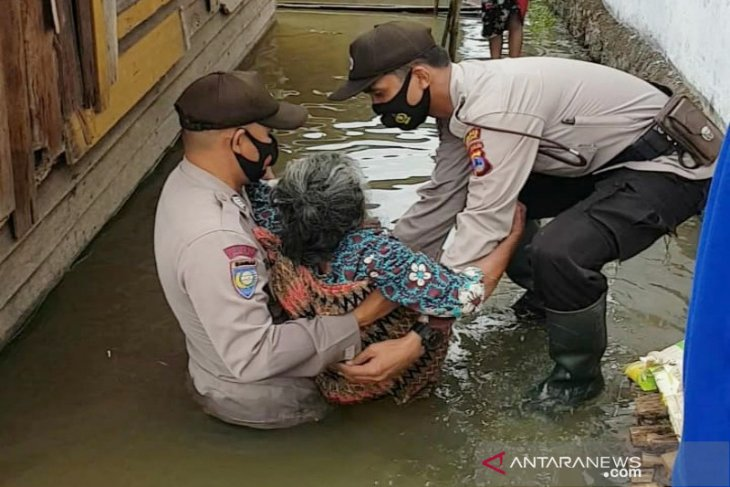 Police evacuate flood victims in Banjar District