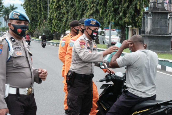 Personel operasi Lilin 2020 bagikan masker kepada warga di Ternate