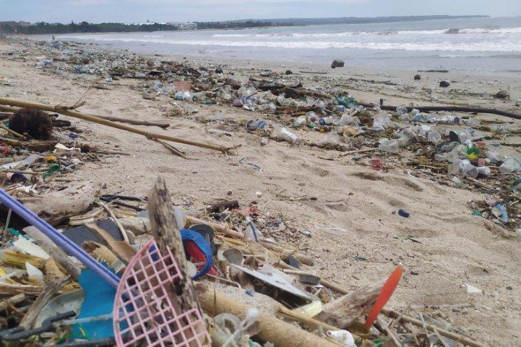 Pantai Kuta dipenuhi sampah Tahun Baru 2021