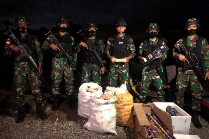 Yonif RK 744/SBY gagalkan penyelundupan kayu cendana-kembang api di Belu