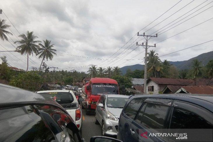 Jalur Lintas Tengah Sumatera Tapanuli Selatan dipadati kendaraan wisatawan