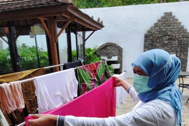 Gubernur Khofifah mencuci baju sendiri saat jalani isolasi mandiri