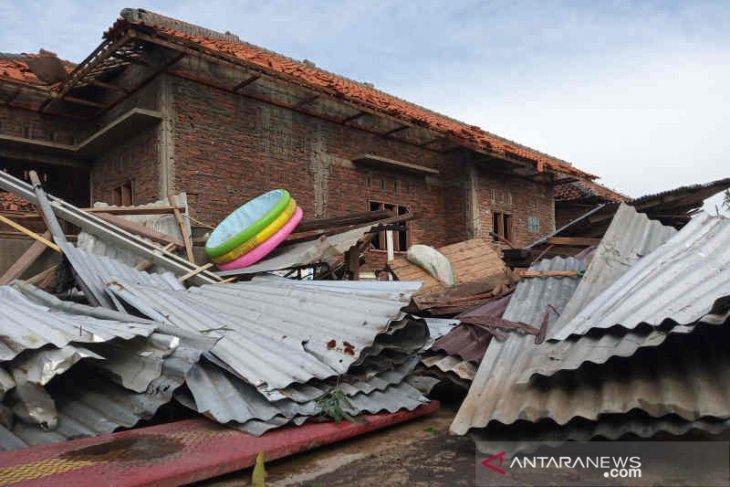 278 rumah rusak diterjang angin puting beliung Sabtu sore