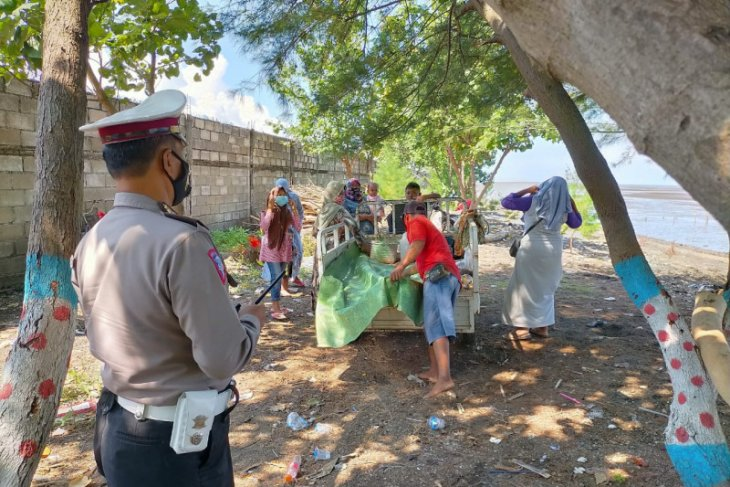 Tegakkan disiplin prokes COVID-19, polisi Situbondo gencar patroli ke lokasi wisata