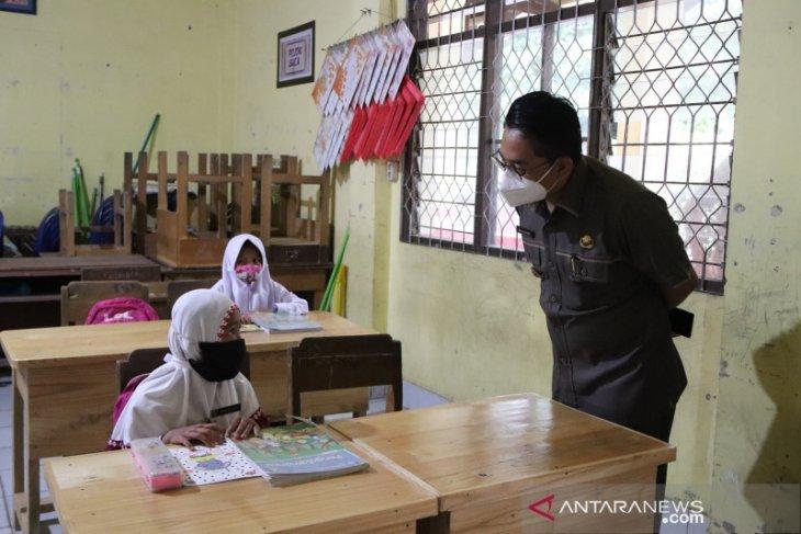 Pembelajaran tatap muka di hari kedua, Wabup HSS kunjungi empat sekolah