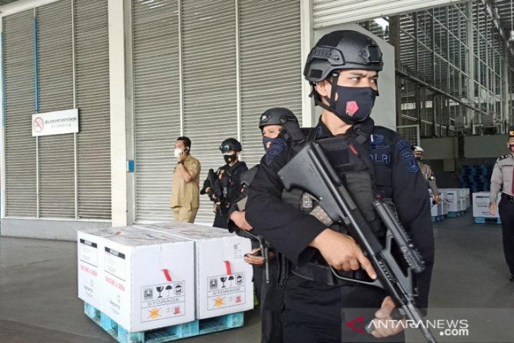 Brimob bersenjata lengkap kawal vaksin COVID-19 yang tiba di Kualanamu