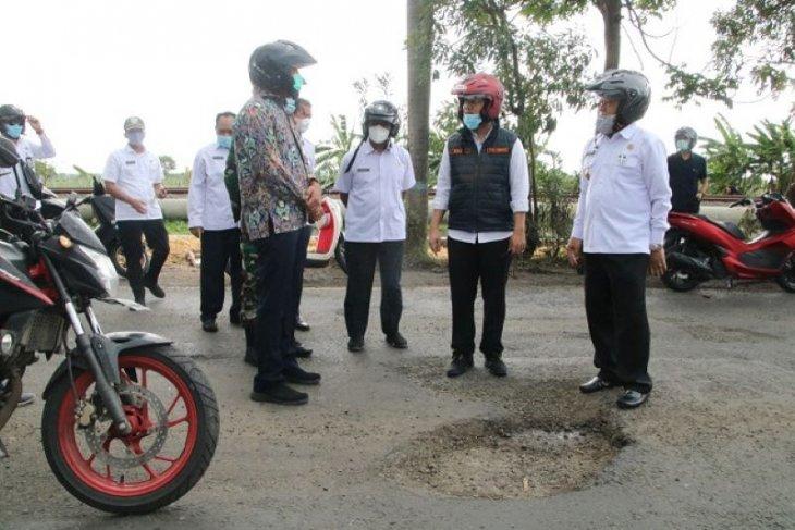 Wagub Jatim minta perbaikan jalan rusak Gresik-Lamongan dipercepat