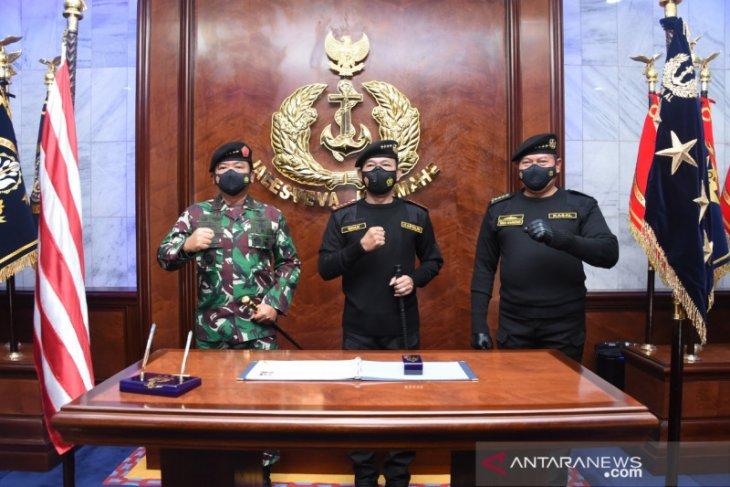 Kapolri dianugerahi Brevet Kapal Selam Hiu Kencana TNI AL