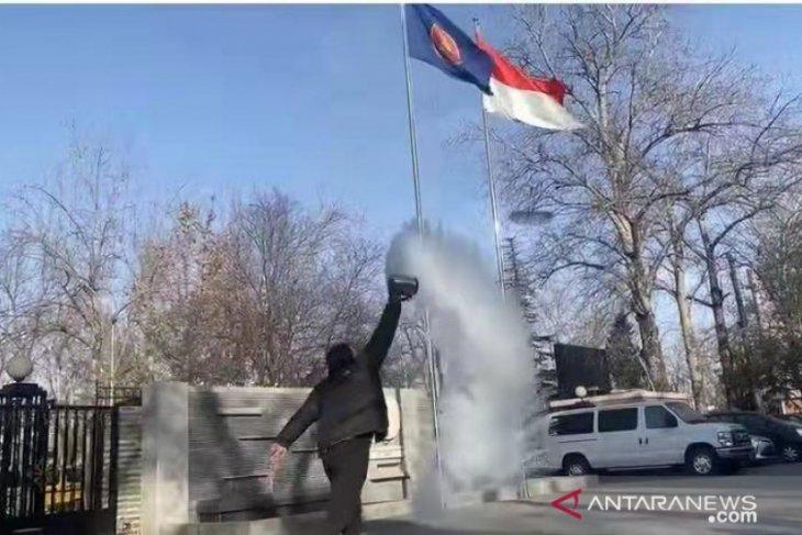 Staf KBRI Beijing viralkan fenomena pembekuan air mendidih