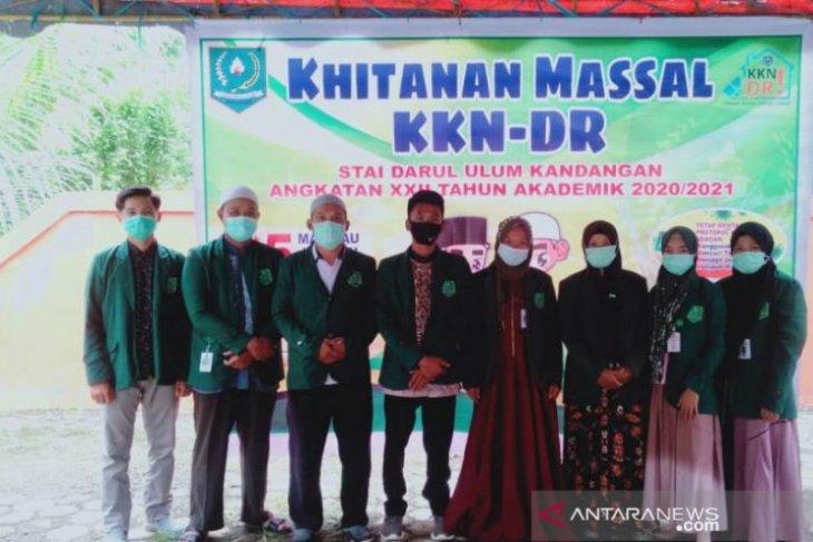 KKN-DR Malinau STAI Darul Ulum Kandangan gelar khitanan massal