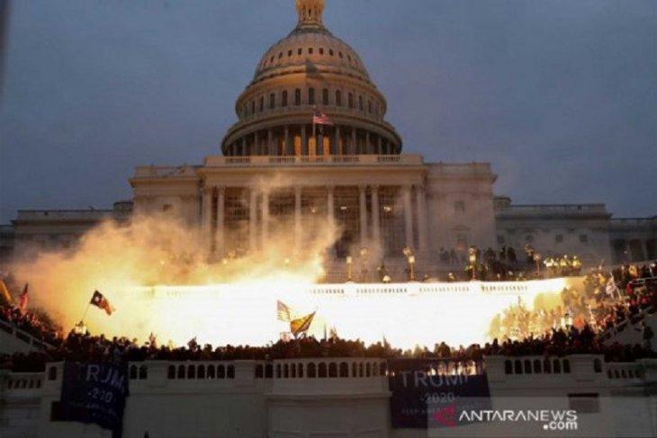 Tembakan, kaca pecah mewarnai serbuan pendukung Trump ke Gedung Capitol