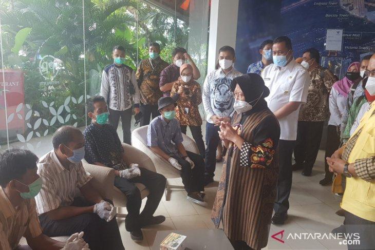 Mensos Tri Rismaharini antar lima PMKS kerja di Bekasi