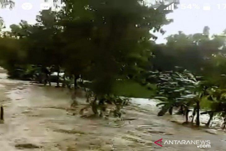 Banjir bandang terjang perkampungan warga di Robatal Sampang