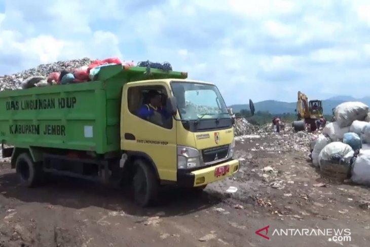 Sempat mogok tak beroperasi ,  armada truk kembali angkut sampah di Jember