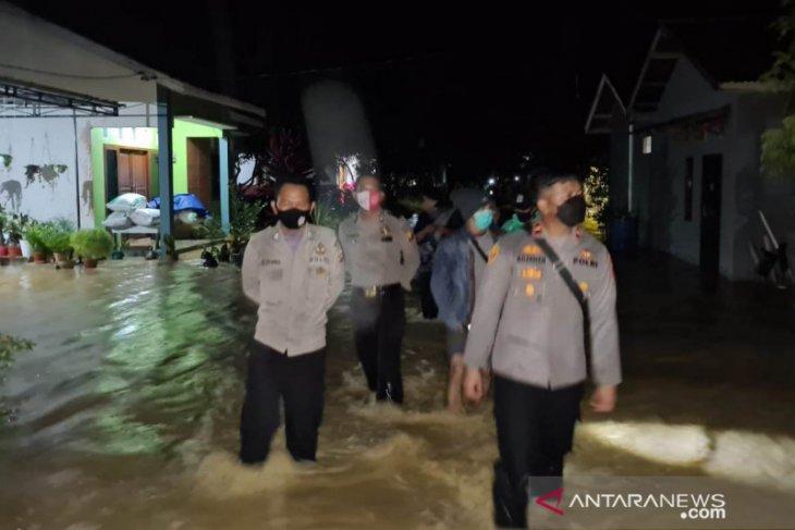 Polisi pantau Kecamatan Bengkayang yang terendam banjir