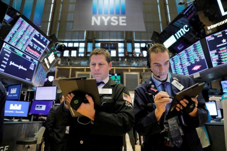 Data ritel dan penguncian yang meningkat tekan saham dan minyak, dolar menguat