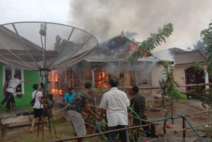 Rumah warga Desa Pangkal Buluh terbakar