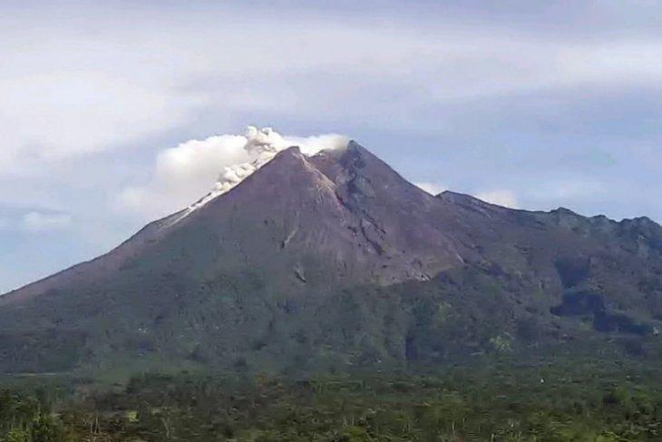 Mount Merapi belches hot cloud up to 600 meters