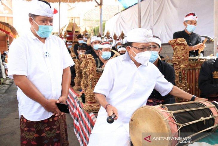 Gubernur Bali main kendang di Pura Agung Pakusara-Bangli