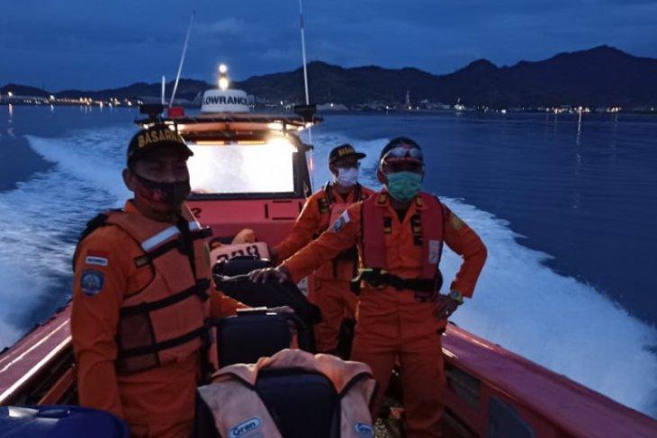 Kapal SAR Basudewa merapat ke KRI Rigel di titik jatuh Sriwijaya Air