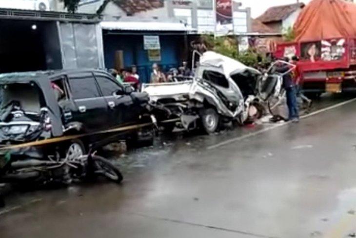 Truk seruduk mobil dan motor di lampu merah, enam orang terluka