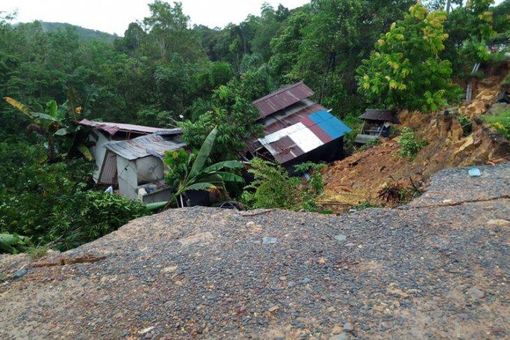 Rumah warga roboh terbawa longsor di Tayan Hilir