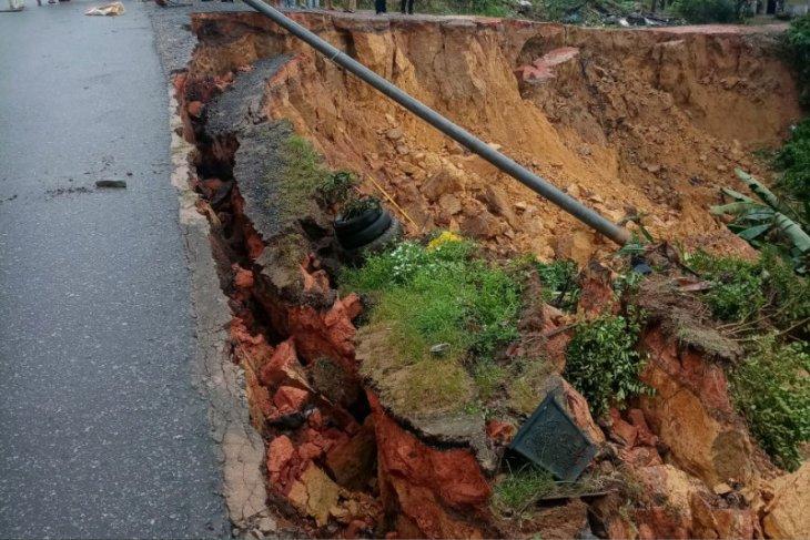 BPBD Sanggau: Korban tanah longsor mengungsi di rumah keluarga