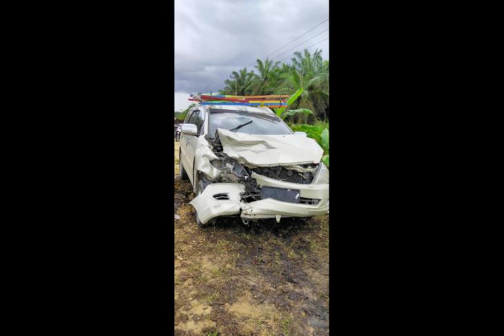 Mobil ambulan RS tabrakan dengan Innova mantan dewan,  keduanya rusak