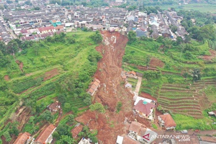 Pergerakan tanah di lokasi bencana tanah longsor masih terus terjadi