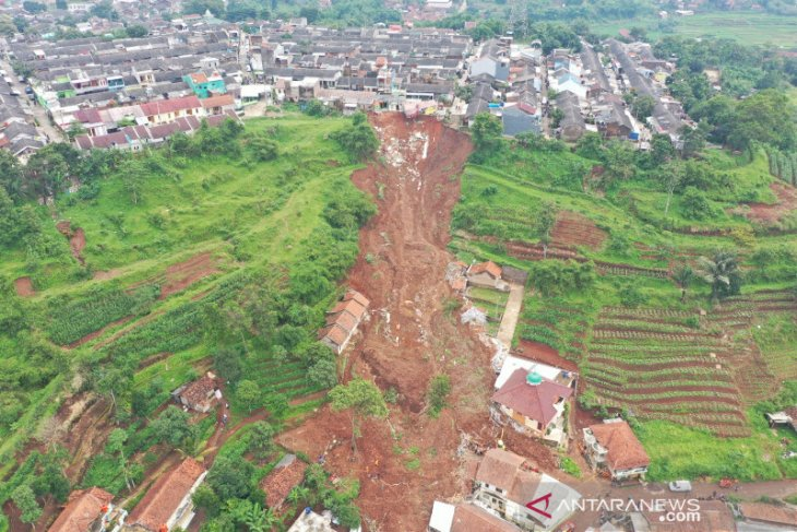 Lebih dari 14 rumah tertimbun longsor di Sumedang