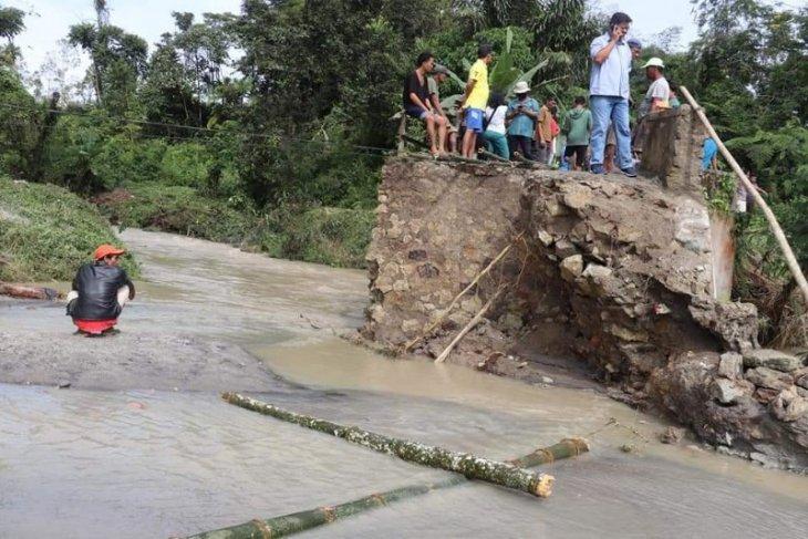 Hujan deras, dua jembatan di Simalungun putus dan satu rusak berat
