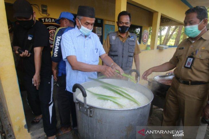 Bupati tinjau dan serahkan bantuan warga terdampak banjir