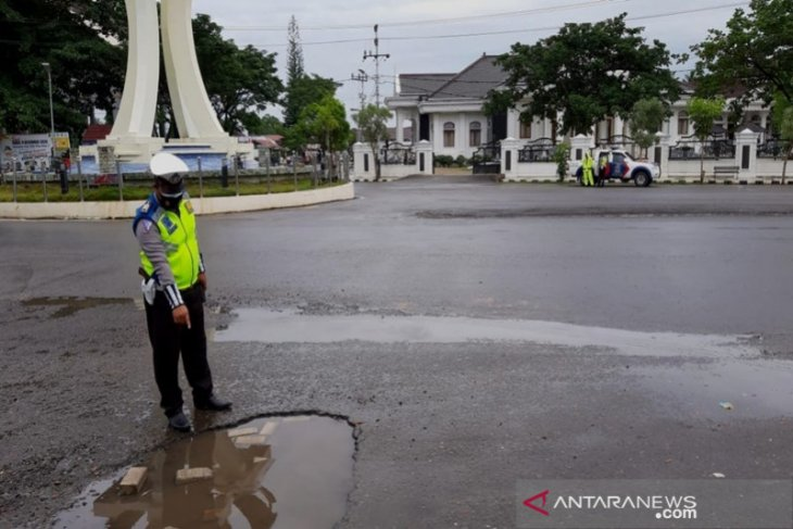 Sat Lantas Polres Tapin rutin tambal jalan berlubang demi keselamatan