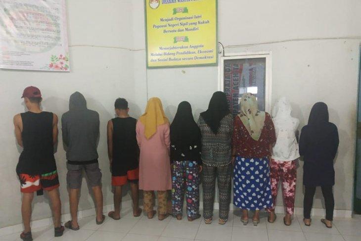 Polisi syariat amankan tiga laki-laki dan tujuh perempuan. Ini mereka lakukan
