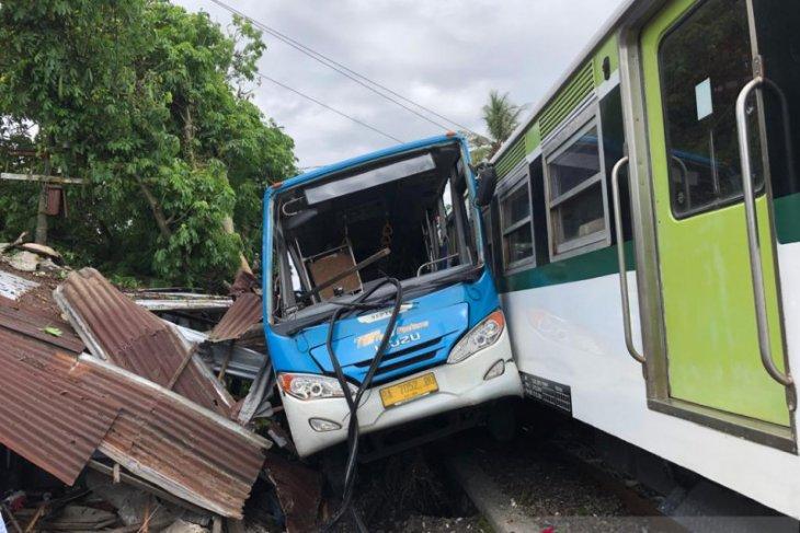 Bus Trans Padang terseret kereta bandara, warung pinggir rel hancur  jadi korban