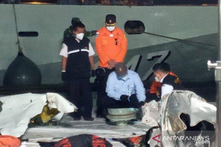 Velg roda SJ 182 ditemukan bersama serpihan besar pesawat