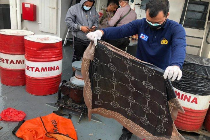 Kerudung coklat, salah satu dari banyak property milik penumpang Sriwijaya Air yang ditemukan