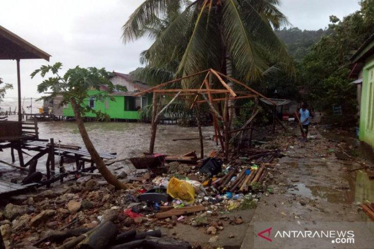 TNI pantau lokasi rumah warga yang dihantam ombak di Pulau Lemukutan