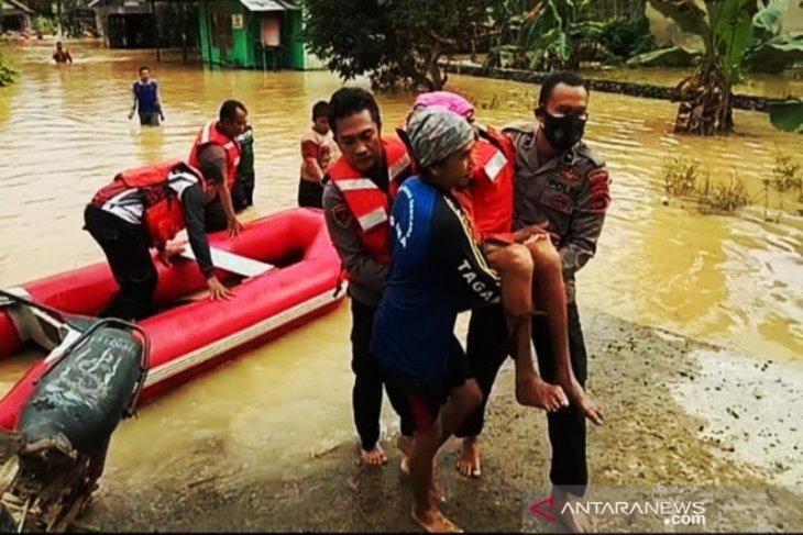 Polres Banjar turunkan tim evakuasi warga terdampak banjir di Pengaron