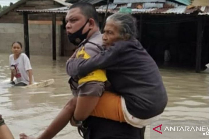 Tim gabungan evakuasi puluhan orang korban banjir di Bangka (Video)