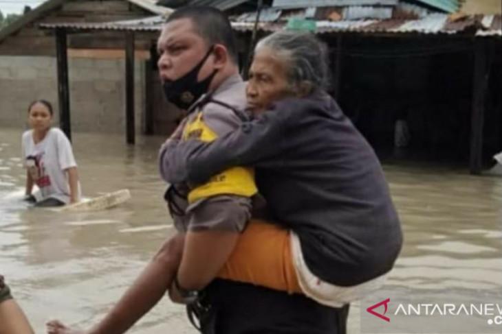 Polisi gendong lansia terobos genangan banjir memastikan tempat aman untuk mengungsi