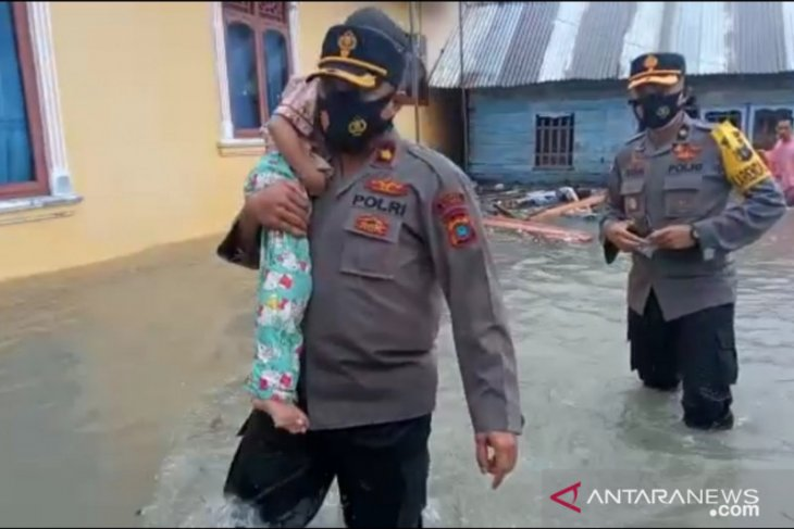 Polres Bangka terjunkan puluhan personel bantu korban banjir (Video)