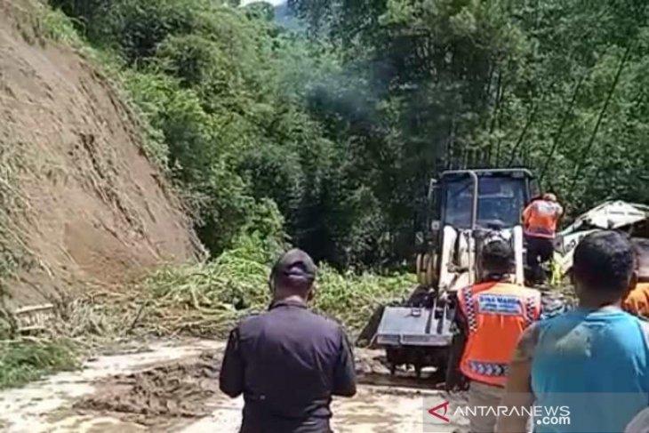 Seorang pengendara motor tewas tertimpa longsor di  Sawangan