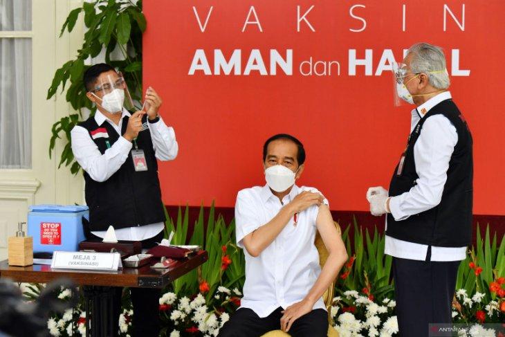 Vaksin berhasil disuntikan ke Presiden Jokowi tanpa rasa sakit