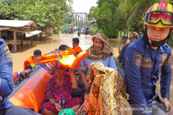 BPBD Tapin bantu evakusi warga terdampak banjir di Banjar