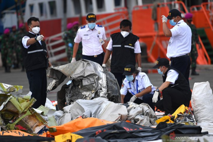 KNKT downloads data from black box of crashed SJ 182