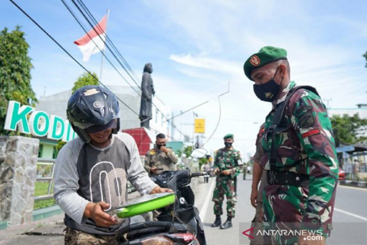 Anggota TNI lakukan razia masker ke warga Gorontalo antisipasi COVID