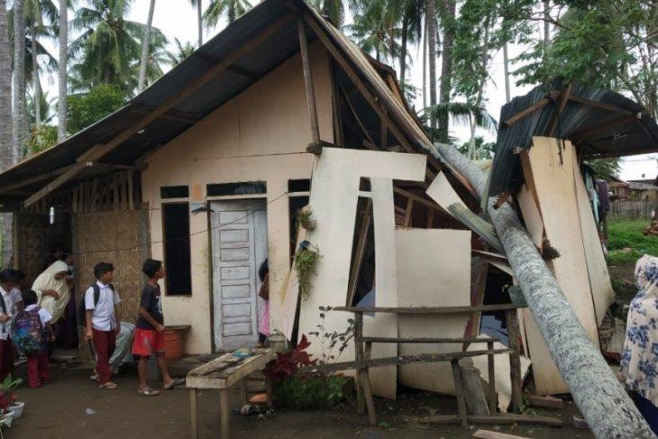 Rumah warga di Lhokseumawe tertimpa pohon kelapa, begini kejadiannya